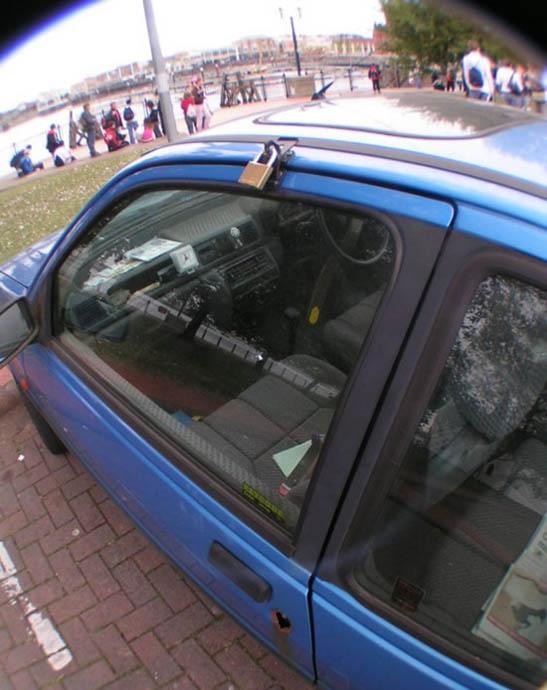 Замок на дверце автомобиля